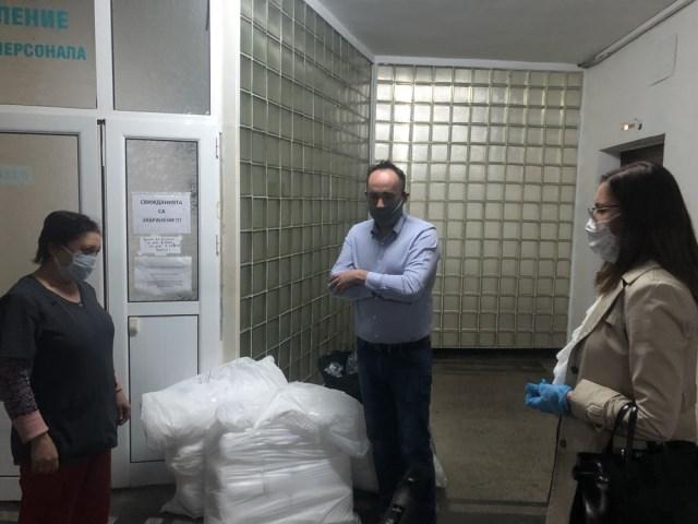100 защитни гащеризона дариха съветниците от ГЕРБ/СДС на инфекциозното отделение в Добрич