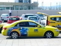 Такситата ни задължително са обект на въпроси и на усилено щракане с апаратите, защото никой не може да разбере защо са жълти.