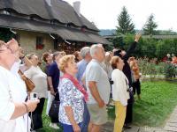 Туристи се впечатляват от разказа на монахиня в манастира Молдовица.